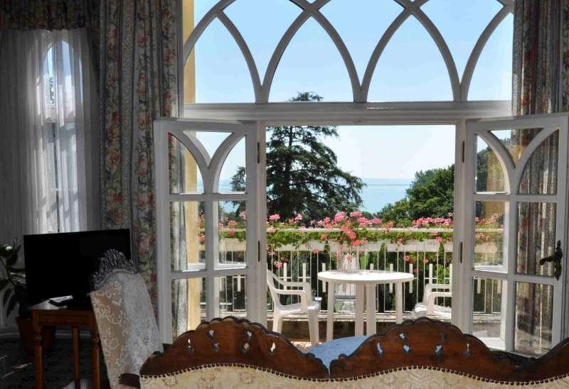 Balatonszepezd, Villa - Eladó kastély (villa) teljes berendezéssel a Balaton északi partján!